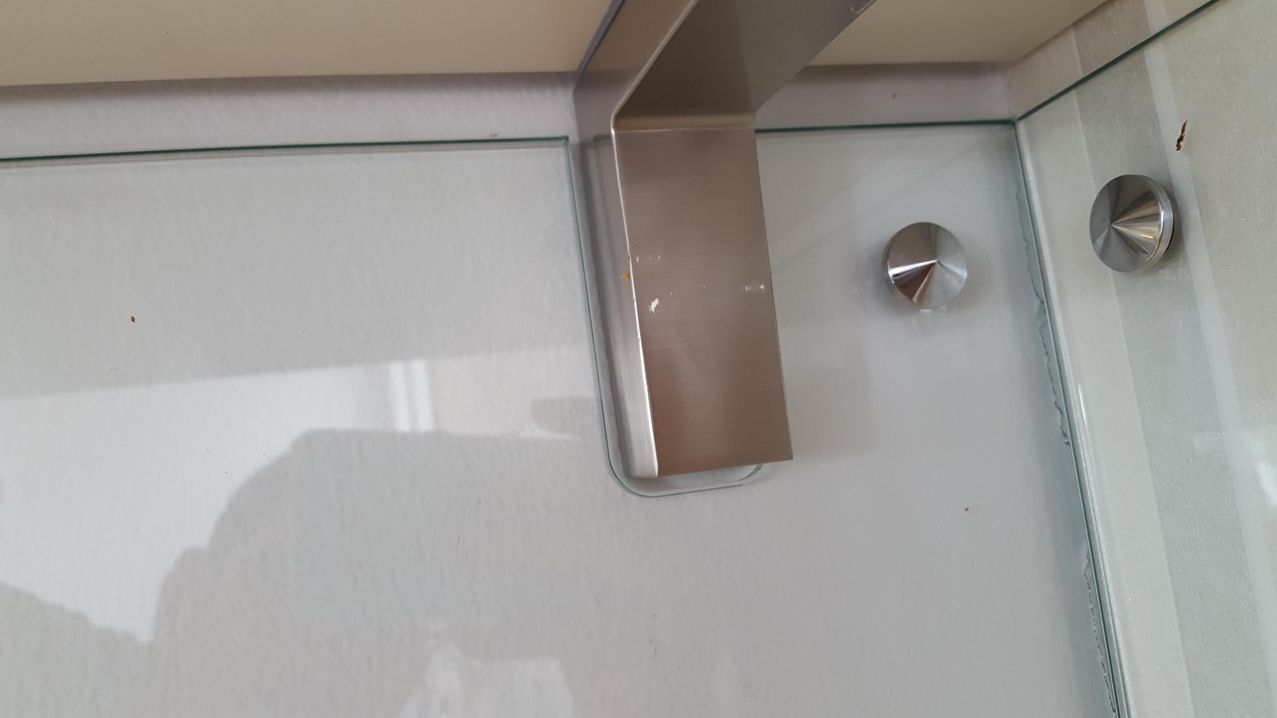 Hvordan feste glassplate over kjøkkenbenk